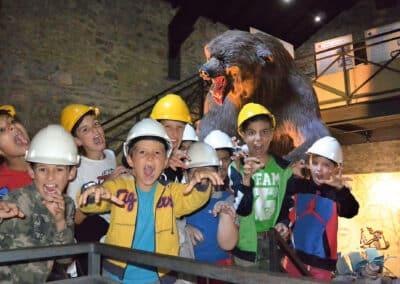 foto ragazzi orso museo